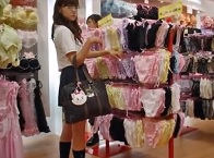 パンチラ盗撮・下着ランジェリー売り場にいる女子校生達の画像とパンツ逆さ撮り動画