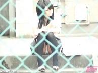 対面パンチラ・階段に座ってるミニスカギャルのパンツ股間をズームで盗撮