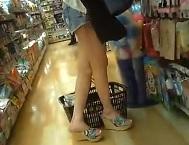 パンチラ盗撮顔有・美脚デニムショーパンギャルのパンツ逆さ撮り